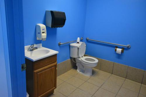 Cabin Bathroom - Cub Creek Science and Animal Camp